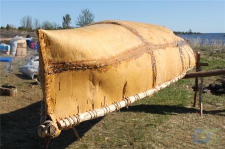 Берестяная лодка на берегу Белого моря вблизи пос. Рабочеостровск р. Карелия